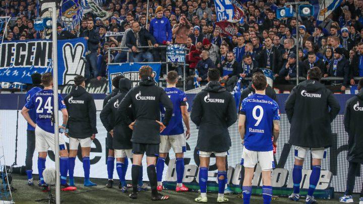 Die Mannschaft des FC Schalke nach dem 0:5 gegen RB Leipzig vor der Nordkurve. Foto: Imago